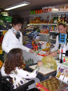 Egy kerekesszékes hölgynek segít kolléganőnk a bolti vásárláskor
